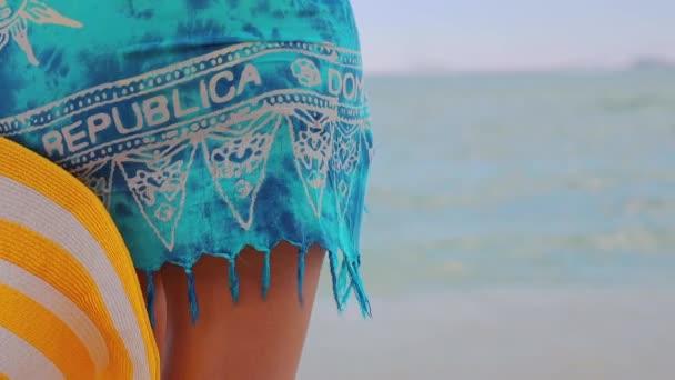 Lány kalapban pihentető a trópusi strandon. Nyaralás a Dominikai Köztársaságban és Karib-szigeteken.