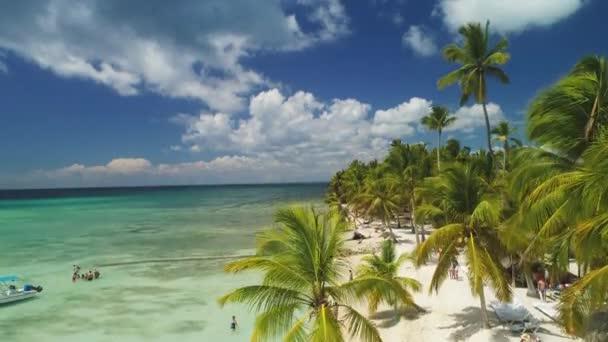 Trópusi nyaralás Punta Cana, Dominikai Köztársaság. Saona-sziget felett légi kilátás.