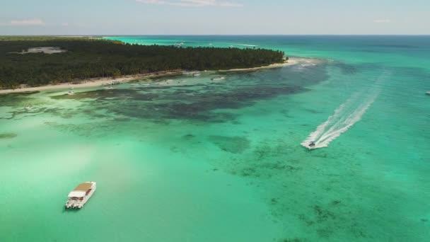 Spiaggia, barche e isola tropicale tra il mare dei Caraibi e loceano Atlantico. Repubblica Dominicana
