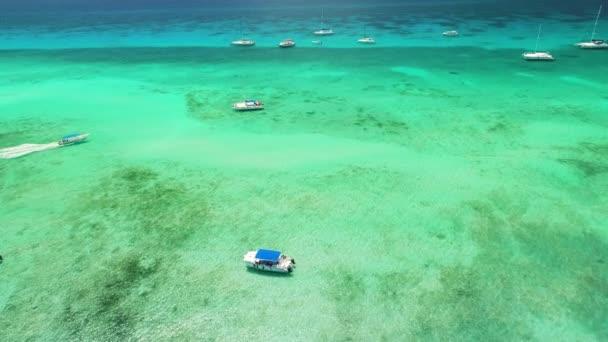 Légi kilátás nyílik a Karib-tenger vizén. Katamarán, vitorlások és motorcsónakok az óceánban.