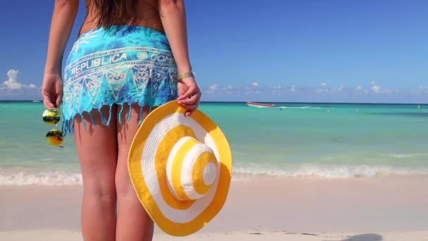 Gondtalan fiatal nő pihen Punta Cana strandon. Karibi vakáció. Dominikai Köztársaság