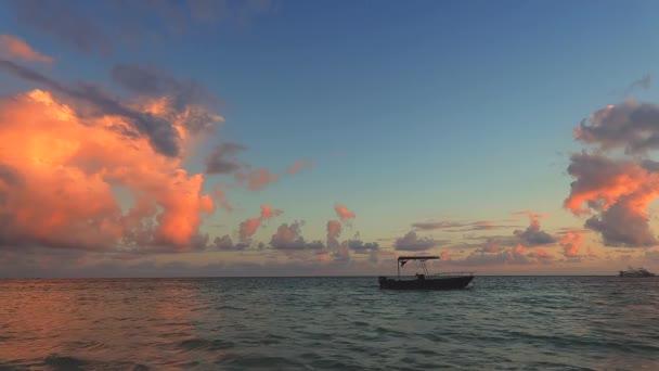 Mořský východ a loď v Karibském moři. Punta Cana, Dominikánská republika.
