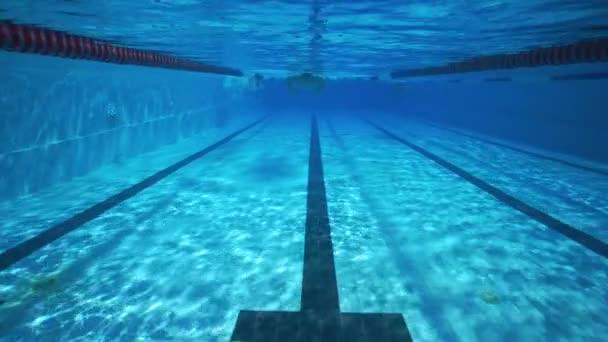 Podvodní plavání v průzračně sportovním bazénu