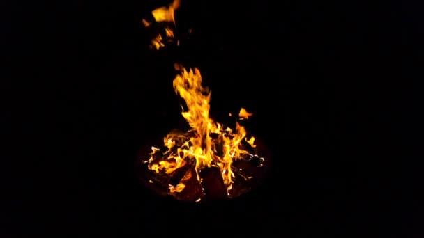 hořící plameny ohně na černém pozadí