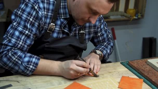 Handgefertigte Produktion von Leder Brieftasche.