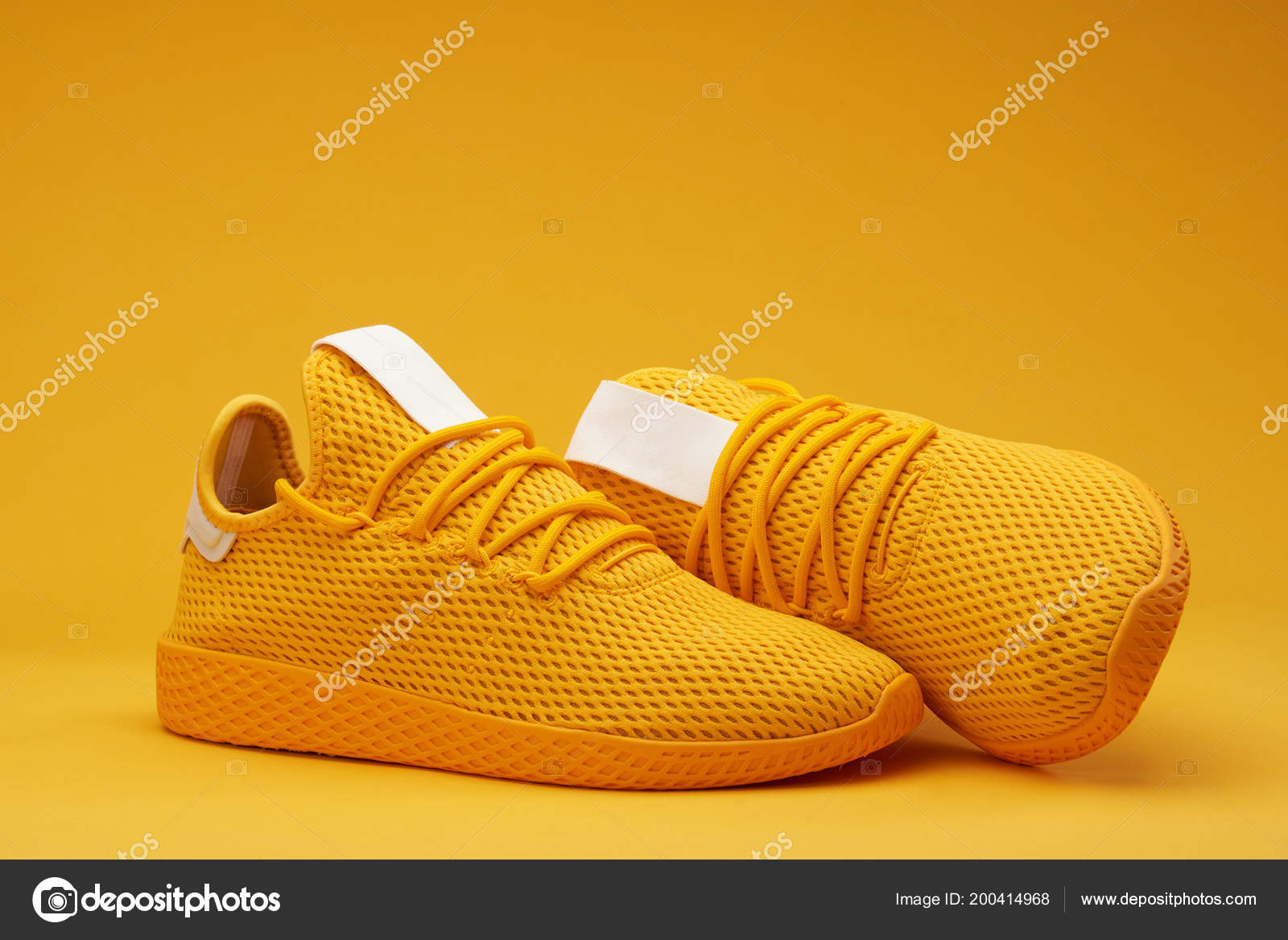 c8785b4804f Κίτρινα παπούτσια τένις — Φωτογραφία Αρχείου © dimarik #200414968