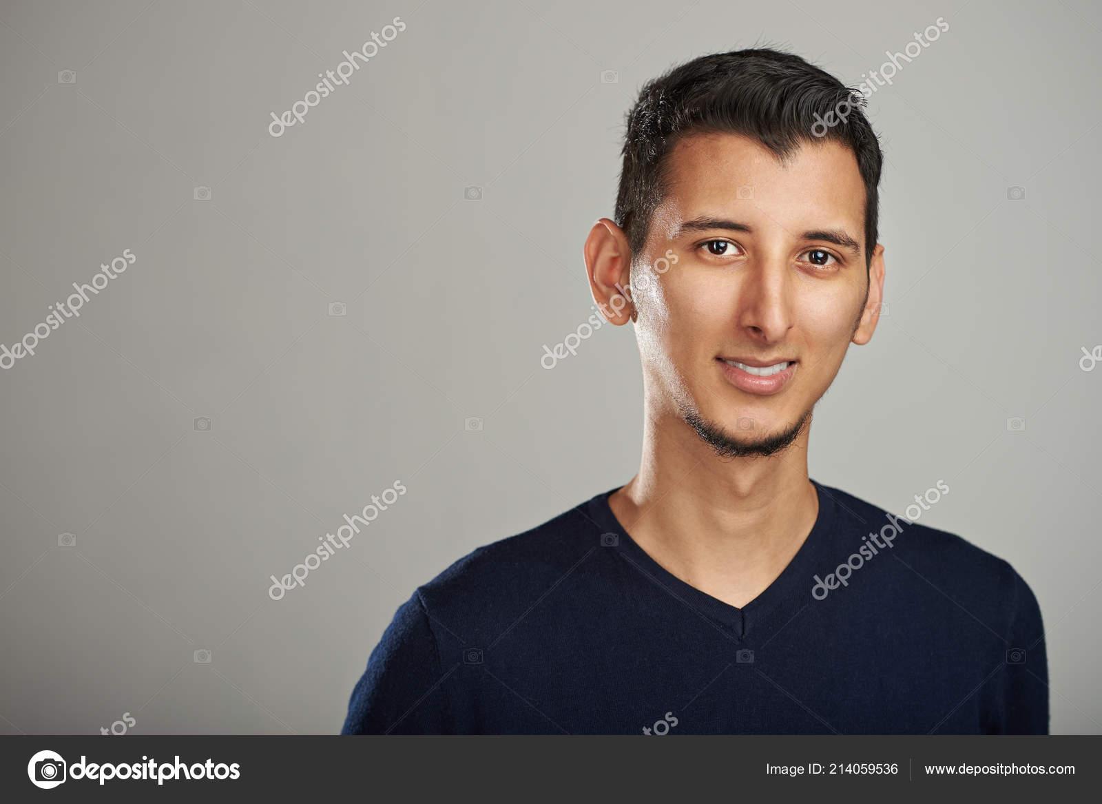 e1cf49accaa8 Ritratto attraente della giovane iso100 isolato su sfondo grigio — Foto di  dimarik