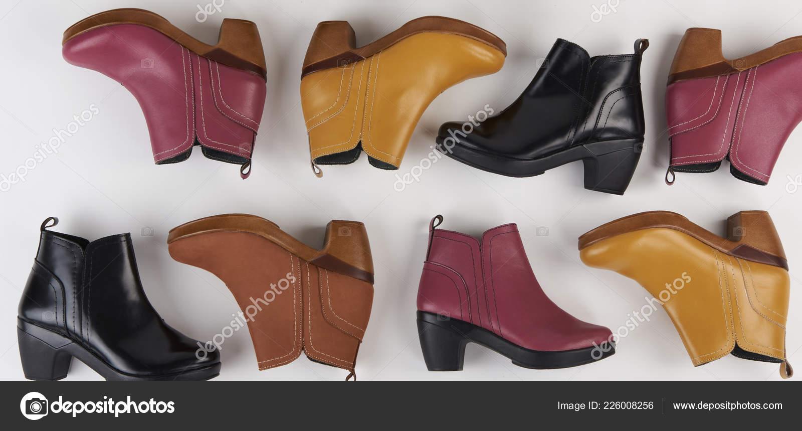 ac1c3c38fc160b Thème de chaussures femme. Womans cuir coloré couleur chaussures isolé vue  de dessus — Image de dimarik