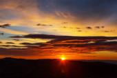 Scénický západ slunce v horách. Podzimní období.