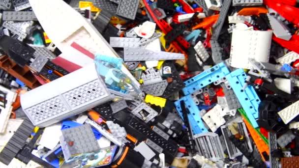 Oříznutý pohled na hromadu různých detailů Lego bloky