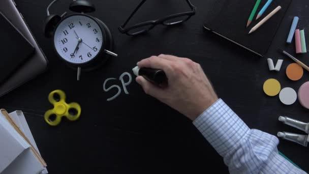 Učitel psaní speciální pedagogiky na tabuli