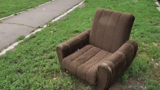 Opustili zastaralé křeslo na ulici, kus nábytku vyhodit
