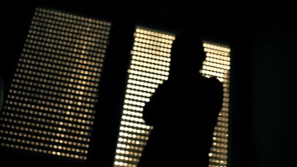 Hombre Depresivo Angustiada Pie Cuarto Oscuro Por Ventana — Vídeo de ...