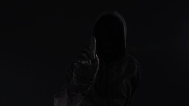 Spyware-Konzept mit gesichtsloser vermummter männlicher Person, Low-Key-Filmmaterial mit digitalem Glitch-Effekt