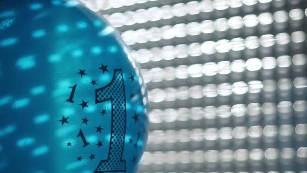 Modré narozeninové balónky s číslo jedna u okna, Selektivní ostření