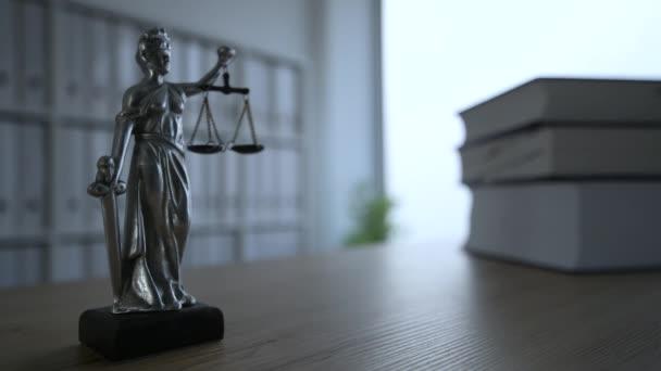 Frauenjustiz-Statue in dunklem leeren Kanzleibüro, selektiver Fokus