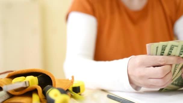Ženské carpenter počítání peněz, ruce nás dolar papírové měny