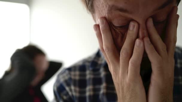 Manžel a manželka tvrdí, žena křičí na člověka v domácí spor koncept