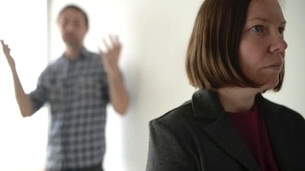 Manžel a manželka tvrdí, muž křičí na ženu v domácí spor koncept