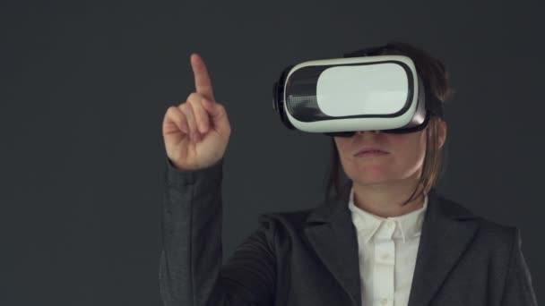 Geschäftsfrau mit VR-Brille isoliert auf grauem Hintergrund