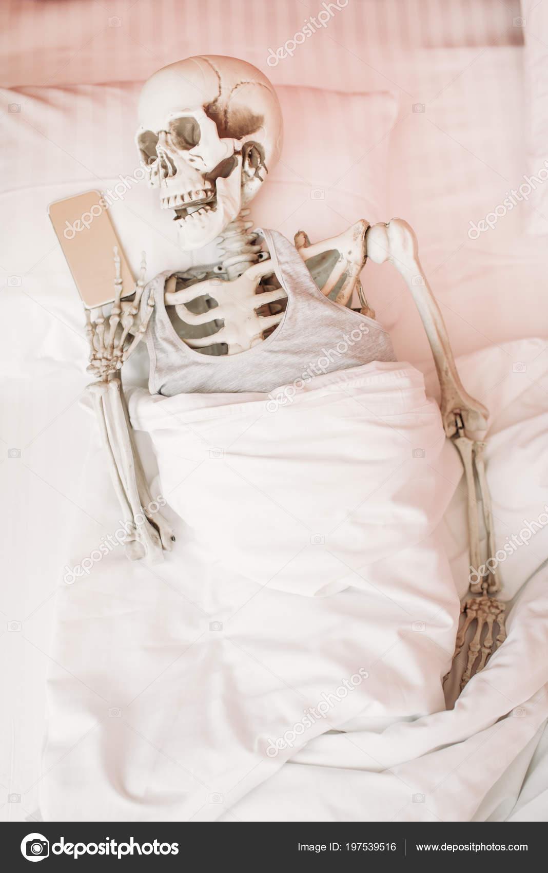 Esqueleto Humano Con Teléfono Móvil Mano Tumbado Cama Divertida ...