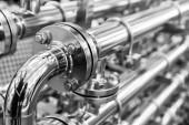 Fotografie Stahl-Wasserleitungen, Metallbeschläge, Nahaufnahme. Zuverlässige Sanitär-Technik