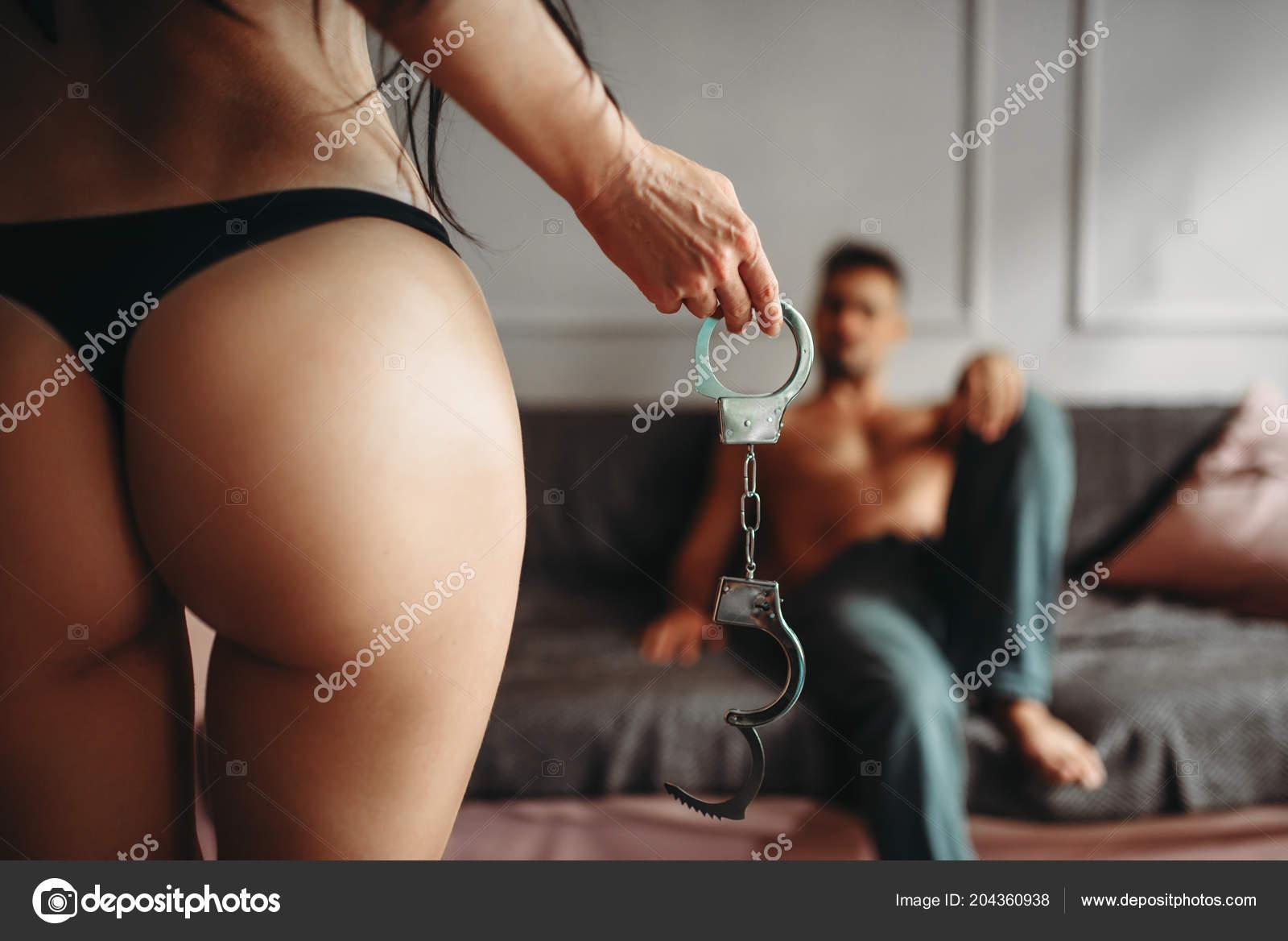 fotografii-erotika-s-naruchnikami-frantsuzskie-istoricheskie-porno-filmi