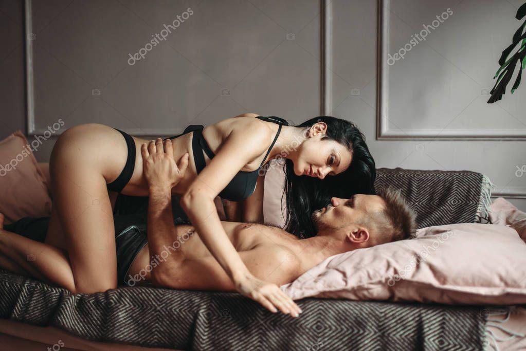 Видео онлайн занялись нежной любовью на диване влюбленных все