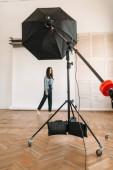 Fotografia Bellissima modella posa in foto studio, fondo bianco, apparecchi di illuminazione. Donna attraente sulla foto studio shot