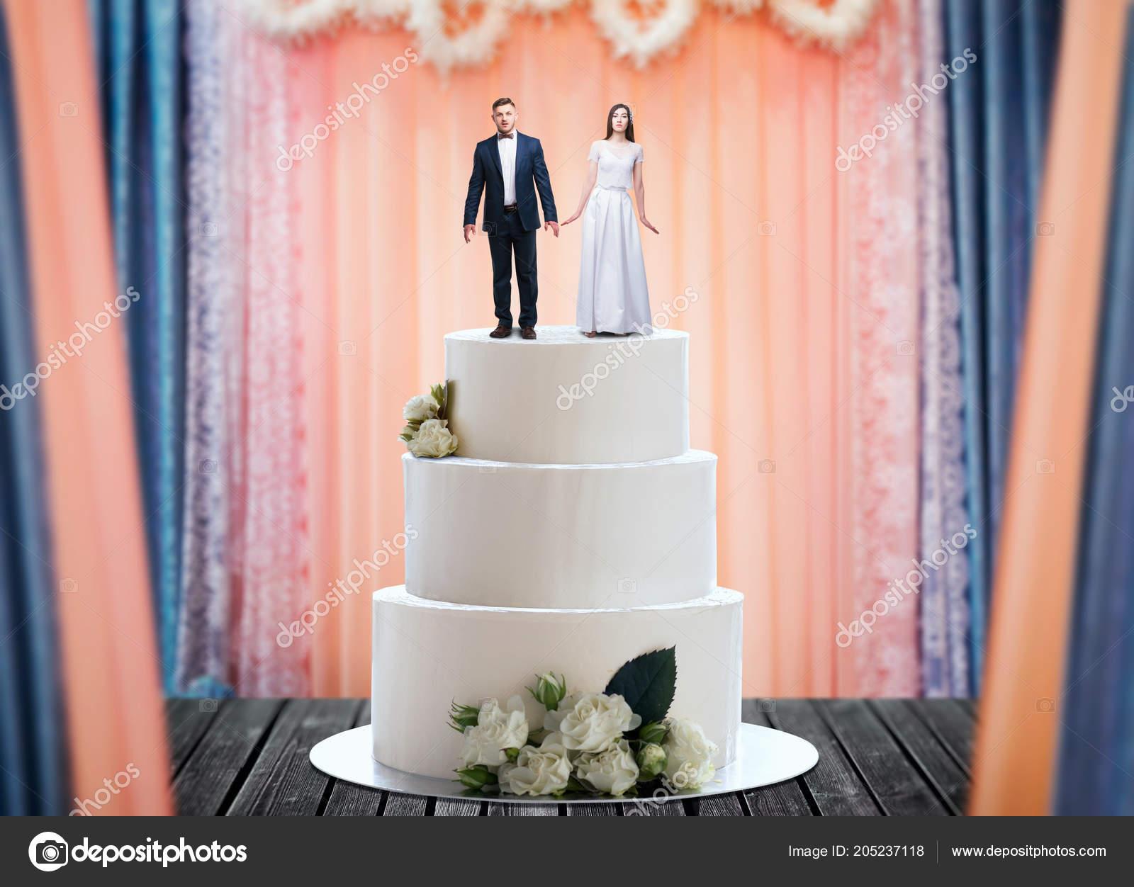 Hochzeitstorte Mit Brautpaar Figuren Auf Der Oberen Heiratsantrag