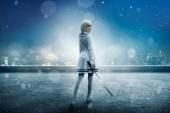 Anime stílusú szőke lány karddal a havas szélén a felhőkarcoló-tető, hátsó nézet. Cosplay nő, ázsiai kultúra, baba penge hideg tónusok, éjszakai városkép háttér