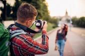 Fotografie Der Mensch macht vor der Kamera, Frau posiert auf Exkursion in Touristenstadt zu schießen. Sommer Wandern von Liebespaar. Wandern Sie Abenteuer des jungen Mannes und der Frau