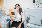 Scelta professionale di occhiali lente, paziente femminile sulla diagnostica della visione. Esame a vista nel gabinetto delloculista. Consultazione in ufficio ottico, Oftalmologia