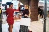 Dvě ženské zákazníci nakupovat v obchoďáku. Shopaholics v obchod s oblečením, nákup, módní, happy kupujících