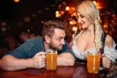 Fotografie Betrunkener Mann Treppen an die üppigen Brüste der Kellnerin im Pub, überrascht Oktoberfest Reisen. Männliche Person trinken in der Bar