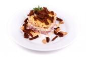 Fotografie Salat mit Schinken, Bohnen, Käse und Zwieback auf einem weißen Teller isoliert auf weiß