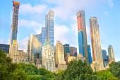 Rostoucí mrakodrapy v Central parku v midtown Manhattan, New York