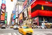 New York City, Ny, Amerikai Egyesült Államok - 2018. szeptember 15.: Sárga taxi átkelés kereszteződés időnként Square, sok-sok animált Led óriásplakát, reklám