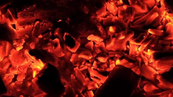 Hořící uhlíky zblízka
