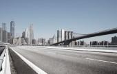 Fotografie asfaltové ulici s moderním městem New York