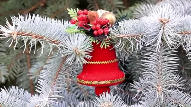 Karácsonyi játékok az ágak, az élő fenyőt a nyaralás dekoráció