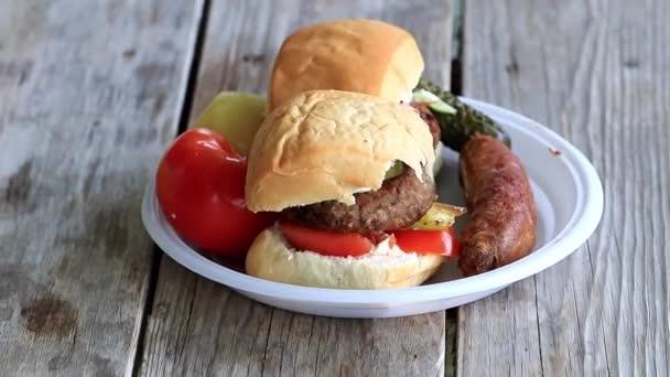 maso kotletu s bílým Drdůlkem a čerstvou zeleninou