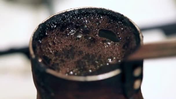 hab a felszínen, erős fekete kávét a kávéfőző főzés közben
