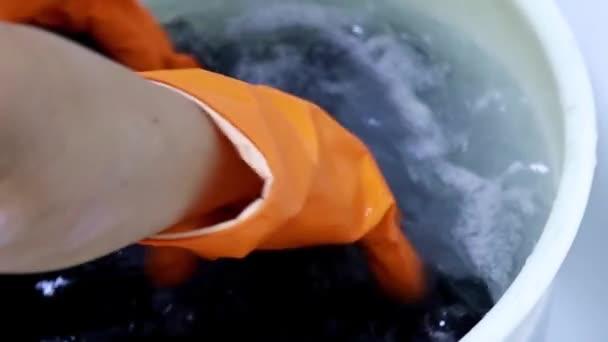 Handwäsche in einem Plastikbecken