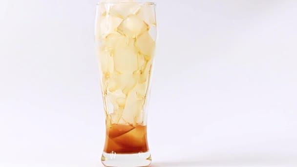 erfrischende Limonade im Glas mit viel Eis