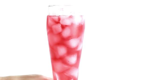 gekühltes Fruchtgetränk im Glas mit Eis