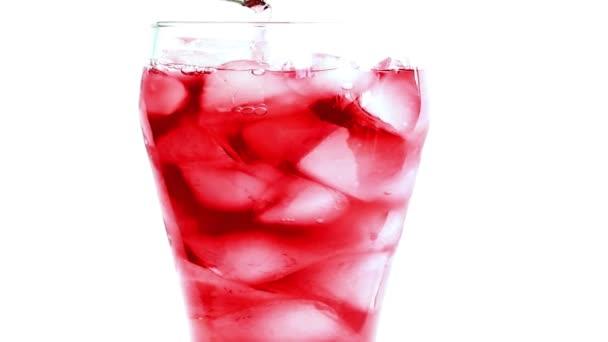 Fruchtsaft wird in ein Glas Eis gegossen