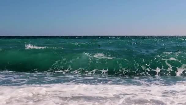 vysoké vlny během malé bouře na moři s mocněním tří bodů