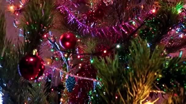 Vánoční ozdoby na větvích slavnostně osvětlené borovice