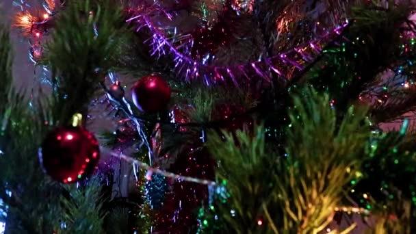 Karácsonyfadíszek egy ünnepi fenyőfa ágain